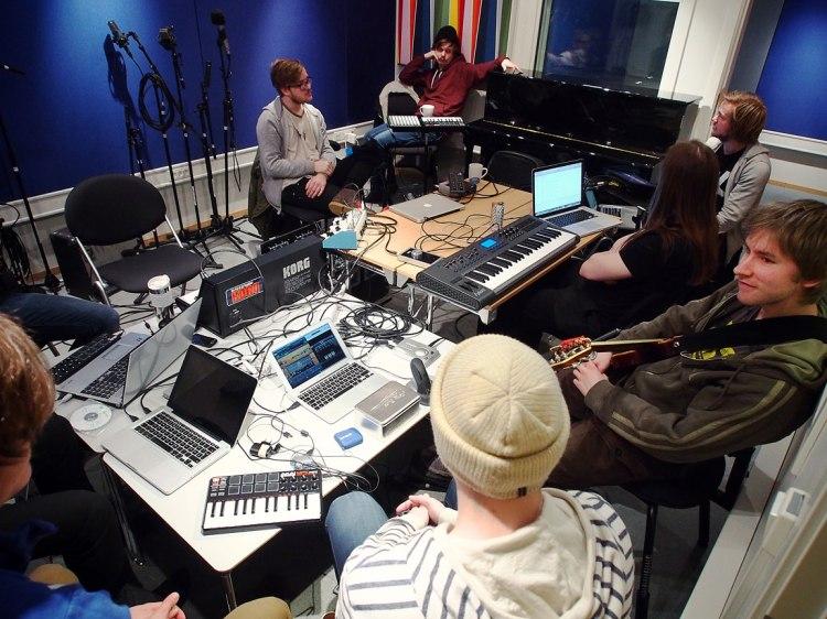 Samling i studio; her eksperimenterer vi med liveprosessering og selvprogrammerte instrumenter i en slags elektroakustisk jam.