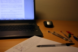 Hver uke blir det gitt relevante oppgavesett som hjelper oss å forstå teorien vi lærer i forelesningene.