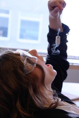 Laboratoriearbeid er gøy! Her har fysikkstudenter det litt ekstra gøy mens de undersøker aluminium og flytende nitrogen.