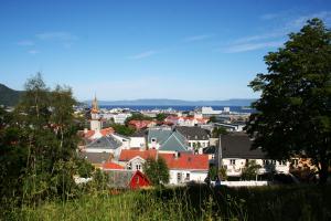 Utsikt utover byen og fjorden fra skoleveien.